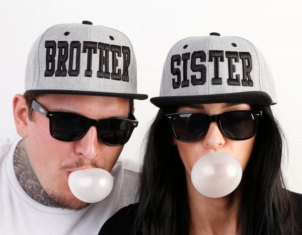 Snapback Cap BROTHER oder SISTER, grau/schwarz