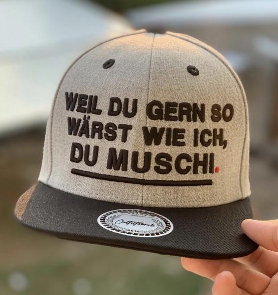 """Snapback Cap """"Weil du gern so wärst wie ich, Du Muschi"""", grau/schwarz"""